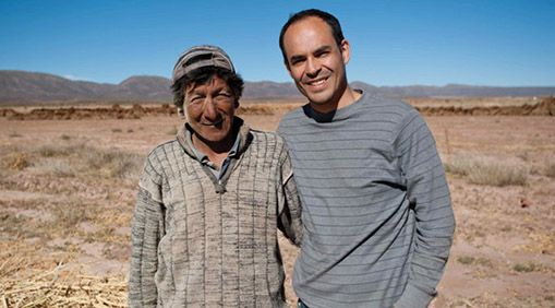 Núñez (right) with Fabio Quispe, a farmer from a community in Salinas, Bolivia.